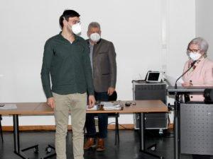 Vereidigung von Christian Zeitlhöfler durch Landrätin Rita Röhrl. Im Hintergrund steht Kämmerer Hermann Fischer. Foto: Langer