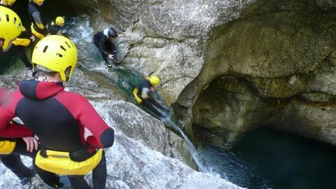"""- Einen Adrenalinkick der besonderen Art bietet die Freizeit """"Alpen aktiv"""" in Österreich (04.-08.08.2014), bei der sich die Teilnehmer u.a. im Canyoning probieren können."""