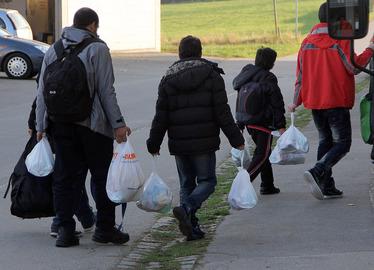 -Nur wenig Gepäck bis gar kein Gepäck hatten die Ankommenden. In den Tüten waren Lebensmittel, die die Asylsuchenden vor ihrer Abreise in München mit auf den Weg bekamen. Foto: Landkreis Regen/Langer