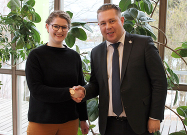 -Landrat Michael Adam begrüßte die neue Bildungskoordinatorin im Landratsamt. Foto: Langer/Landkreis Regen