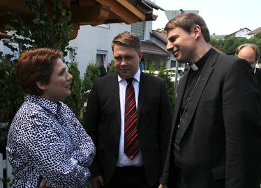 -Bischof Stefan Oster und Landrat Michael Adam hörten sich auch die Sorgen der Asylbewerber an. Fotos: Langer/Landkreis Regen