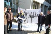 -Landrat Michael Adam (li.) im Gespräch mit den Demonstranten, Foto: Langer/Landratsamt