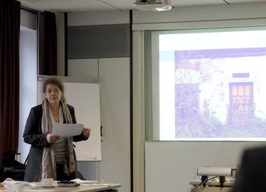 -Kreisheimatpflegerin Cornelia Schink stellte die Objekte vor, die aus Denkmalpflegemittel unterstützt werden sollen. Foto: Langer/Landkreis Regen