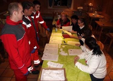 -Mitarbeiter des Bayerisches Roten Kreuzes in der Asylunterkunft Regenhütte im Einsatz. Foto: Landkreis Regen/Langer