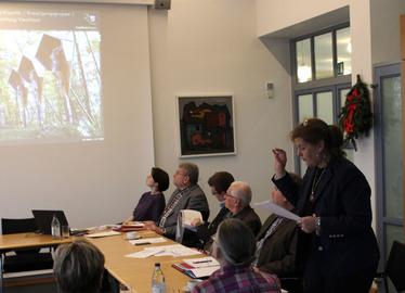 -Cornelia Schink zeigte auf, wo Denkmalpflegemittel eingesetzt werden sollten. Foto: Langer/Landkreis Regen
