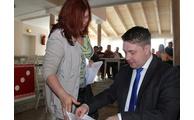 -Gabriele Englmeier übergab an Landrat Michael Adam 90 Unterschriften gegen die Umgehungsstraße. Foto: Langer/Landratsamt