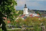 Foto Stadt Regen mit Bäumen und Kirchturm