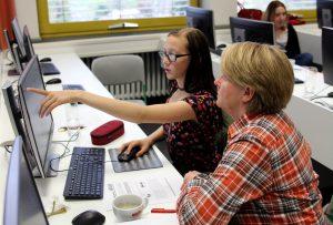 Die Schüler erklärten den Senioren den Umgang mit den PC-Programmen. Foto: Langer/Landkreis Regen