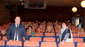 Landrat Micheal Adam und Christine Kreuzer im Kinosaal mit den Senioren. Foto: Langer/Landkreis Regen