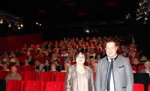 Die Seniorenbeauftragte Christine Kreuzer und Landrat Michael Adam bei der Begrüßung im Kino. Foto: Langer/Landkreis Regen