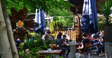 Eines der ersten Ziele der Bewertungskommission war ein kleiner versteckter Biergarten am Gasthof Zum Rechen in Bodenmais mit viel Grün und ruhiger Lage am Rißbach. Foto: Eder, Landkreis Regen