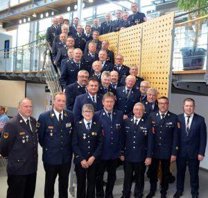 Die anwesenden Feuerwehrleute, die für ihren 40jährigen Einsatz geehrt wurden. Foto: Wandtner