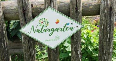 Mit einem Email-Schild können die Gartenbesitzer nun auf ihren Naturgarten hinweisen. Foto: Eder/Landkreis Regen
