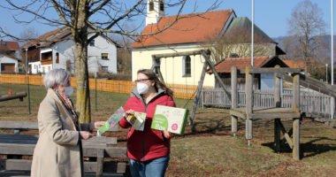 Unser Bild zeigt Landrätin Rita Röhrl (li.), die auch Kreisvorsitzende der Gartenbauvereine ist, bei der Übergabe der Vielfaltsmacher-Box an Iris Kappenberger. Foto: privat