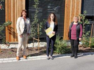 Dr. Carolin Müller (Mitte), Judith Uhrmann (li.) und Elisabeth Wühr-Soltan freuen sich über das Angebot, das sie hilfsbedürftigen Frauen machen können. Foto: Langer/Landkreis Regen