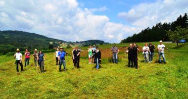 Stolz präsentieren die Kurs-Teilnehmer nach der Mahd ihr Werkzeug. Foto: Eder/Landkreis Regen