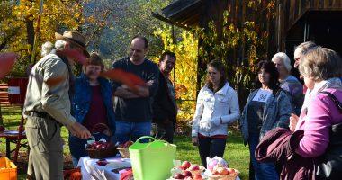 Zu den verschiedenen Apfelsorten gab's auch Hinweise zum fachgerechten Anbau und Schnitt von Klaus Eder (links), Gartenfachberater am Landratsamt Regen. Foto: Landkreis Regen, Eder