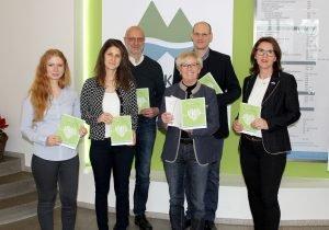 Die erste Gesundheitsmappe erhielt Landrätin Rita Röhrl von den Mitgliedern der Arbeitsgruppe Arzneimittelsicherheit überreicht. Foto: Langer/Landkreis Regen