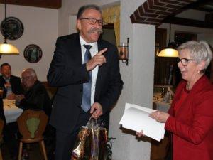 Franz Baierl bekam nicht nur ein Geschenk von Landrätin Rita Röhrl, er konnte auch einige Anekdoten aus seiner Dienstzeit berichten. Foto: Langer/Landkreis Regen
