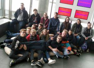 Gruppenbild im Foyer des Ars Electronica Centers in Linz platzierten sich die ehrenamtlichen Betreuer der Kommunalen Jugendarbeit und des Kreisjugendrings für ein Foto. Foto: Reichel/Landkreis Regen