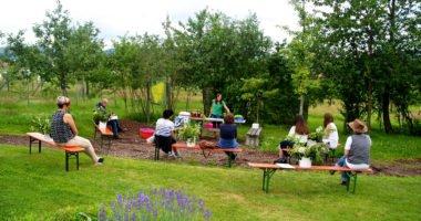 Im Kreislehrgarten bei Patersdorf ist reichlich Platz für Pflanzen und Besucher. Hier finden regelmäßig Kurse statt zum fachgerechten Obstbaumschnitt und zur Verwendung und Verarbeitung von Kräutern und Beeren. Foto: Eder/Landkreis Regen