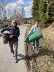 Rosemarie Wagenstaller und Kerstin Schecher vom LBV beim Aufbau des Amphibienzaunes bei Katzenbach, Böbrach. Foto: Graf/Landratsamt Regen
