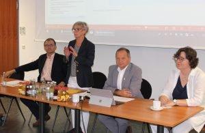 (v.li.) Dr. Stefan Wechsler, Landrätin Rita Röhrl, Büroleiter Günther Weinberger und Elisabeth Mayer. Foto: Langer/Landkreis Regen