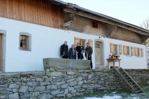 Von links Christian Hagenauer, Landrätin Rita Röhrl, Christina Krippl mit Vitus und Robert Kroiß. Foto: Langer/Landkreis Regen