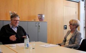 Landrätin Rita Röhrl und Josef Hies im Gespräch. Foto: Langer/Landkreis Regen