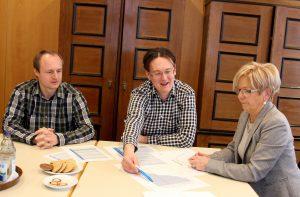 Die Staatlichen Rechnungsprüfer (v.li.) Michael Reiter und Roland Wölfl im Gespräch mit Landrätin Rita Röhrl. Foto: Langer/Landkreis Regen