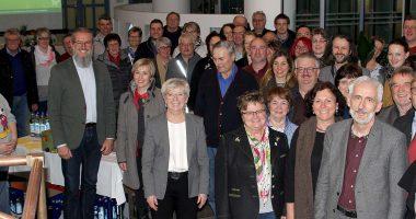Unser Bild zeigt die Teilnehmer an der Informationsveranstaltung mit der Landrätin Rita Röhrl und dem Gartenfachberater Klaus Eder. Foto: Langer/Landkreis Regen