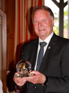 Der Preisträger Willi Killinger mit dem Ehrenpreis. Foto: Langer/Landkreis Regen