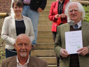 Gerard Paul Harold Croasdale (von unten nach oben) und Mark Avery Angus wurden eingebürgert, dazu gratulierte Sachgebietsleiterin Simone Kasberger. Foto: Langer/Landkreis Regen