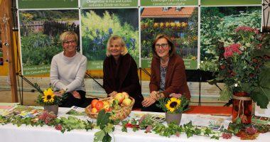Die 1. Vorsitzende des Kreisverbandes für Gartenbau und Landespflege Rita Röhrl mit Erika Wildfeuer und Maria Schattenkirchner (von links) am Stand der Gartler. Foto: Landkreis Regen, Eder