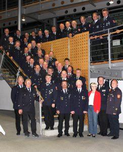Die Ehrenzeichenträger für 40- und 50-jährige Dienstzeit sowie die Mitglieder der Kreisbrandinspektion mit Landrätin Rita Röhrl. Foto: Langer/Landkreis Regen