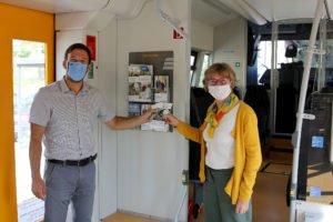 Unser Bild zeigt Michael Pfeffer (Waldbahn) und die GUTI-Koordinatorin Christina Wibmer, wie sie die Fahrpläne in einen Zug der Länderbahn legen. Foto: Langer/Landkreis Regen