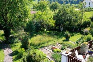 Ein Blick vom Balkon zeigt den reich strukturierten Naturgarten von Heidi Zeitlhöfler. Foto: Langer/Landkreis Regen