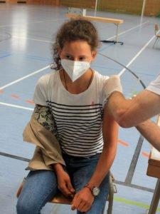 Unter den Impfwilligen waren auch zahlreiche Jüngere, wie Anne Bielmeier. Foto: Langer/Landkreis Regen