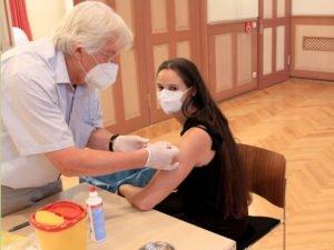 """""""Halb so wild"""" - mit diesen Worten beschrieb Corinna Böhm ihre Corona-Schutzimpfung. Dr. Hermann Weghofer setzte den Piks. Foto: Langer/Landkreis Regen"""