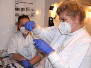 Die Mitarbeiterinnen im Impfzentrum würden gerne mehr Spritzen aufziehen, doch derzeit mangelt es an Impfstoff. Foto: Langer/Landkreis Regen