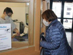 Helga Feuchtinger, hier bei der Anmeldung, war die erste Patientin im Impfzentrum Regen. Foto: Langer/Landkreis Regen