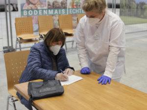Cindy Ebner-Probst unterstützte Helga Feuchtinger beim Ausfüllen der Fragebögen. Foto: Langer/Landkreis Regen