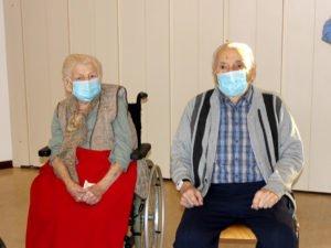 Franziska Kosina und Josef Schrötter: Beide sind 100 Jahre alt und beide ließen sich nun gegen Covic-19 impfen. Foto: Langer/Landkreis Regen