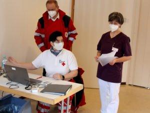 Auch das ist Wichtig: Nicole König (sitzend) kümmerte sich um die Dokumentation. Die Pflegedienstleiterin Maria Wittmann hatte die Patientendaten parat, mit dabei ist auch Alfred Aulinger. Foto: Langer/Landkreis Regen