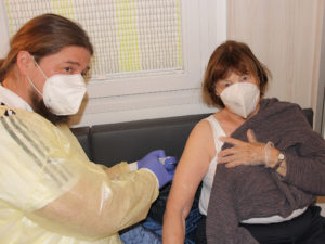 Dr. Tobias Schadeck impfte Helga Feuchtinger. Foto: Langer/Landkreis Regen