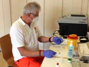 Der Impfstoff darf nicht geschüttelt werden, das Fläschchen wird nur geschwenkt. Foto: Langer/Landkreis Regen