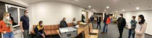 Letzte Vorbereitungen: Die Impfmannschaft hat den Ablauf am Samstagabend, wenige Stunden vor Impfstart, noch einmal durchgesprochen. Foto: Langer/Landkreis Regen