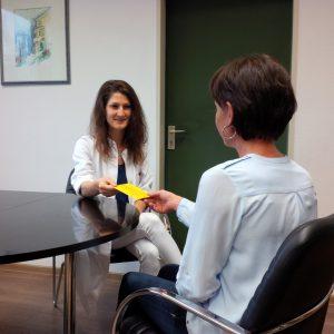 Dr. Carolin Müller bei einer Impfberatung. Foto: Wagner/Landkreis Regen