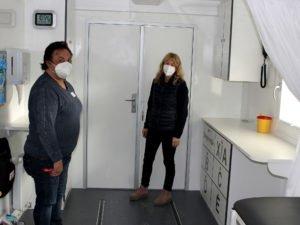 Teamleiterin Martina Krebs (li.) und ihre Stellvertreterin Sabine Saller sorgen vor Ort dafür, dass das Impfzentrum einsatzbereit ist. Foto: Langer/Landkreis Regen