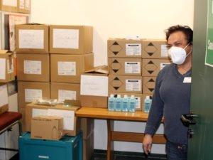 """Der Blick ins Lager belegt, dass es bereits gut gefüllt ist. Martina Krebs weiß, dass alles Notwendige da ist, """"nur der Impfstoff fehlt noch."""" Foto: Langer/Landkreis Regen"""